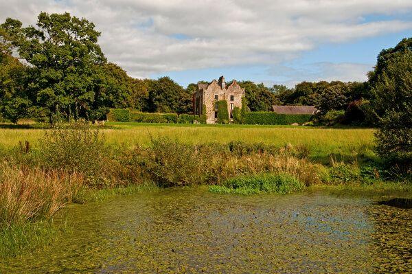 https://www.galgormcastle.com/cmsGallery/imagerow/22798/resized/1200x1200/castle_from_pond.jpg